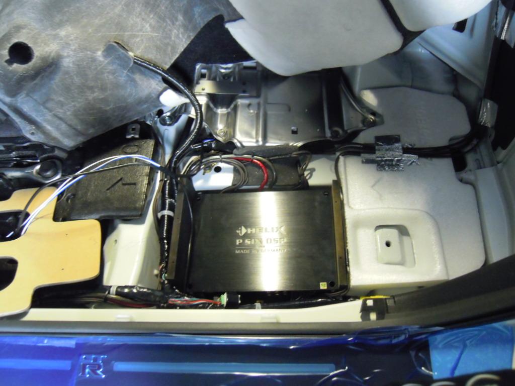 DSP/AMPは純正BOSEアンプの手前の空間を作りインストールしました。