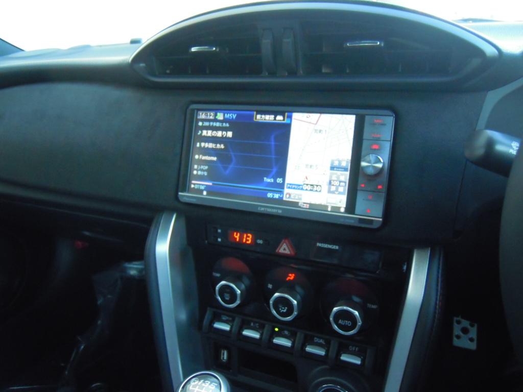 新車への載せ換え作業になります。<br /> 愛用のサイバーナビを施工、86後期モデルはステアリングリモコンが装備されていますので、当然ナビ連動にてインストール。