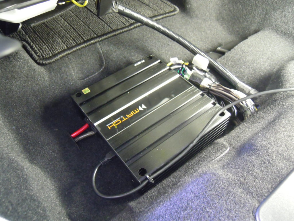 要のDSP/AMPはシート下へ取り付け。<br /> フロント4ch接続、リア純正SP2ch接続にて各スピーカをコントロールします。