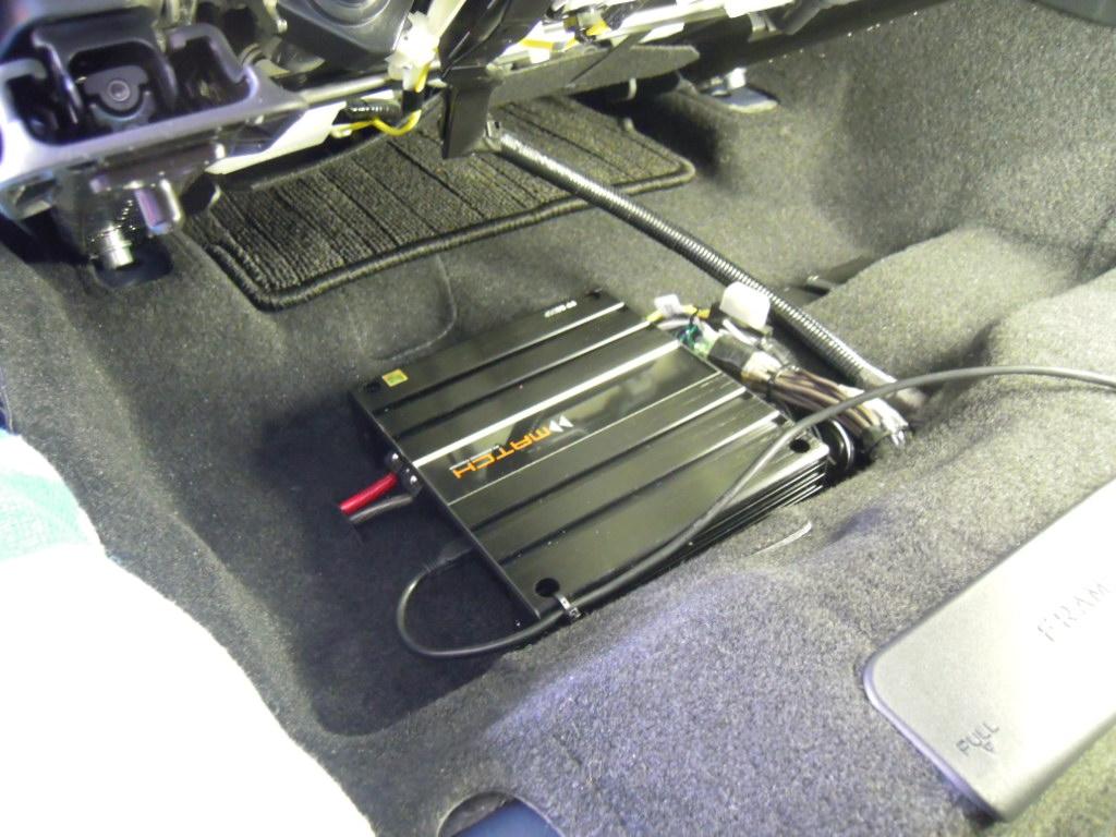 コンパクト設計ですのでシート下のエアコン噴出し口を回避したインストールが可能です。