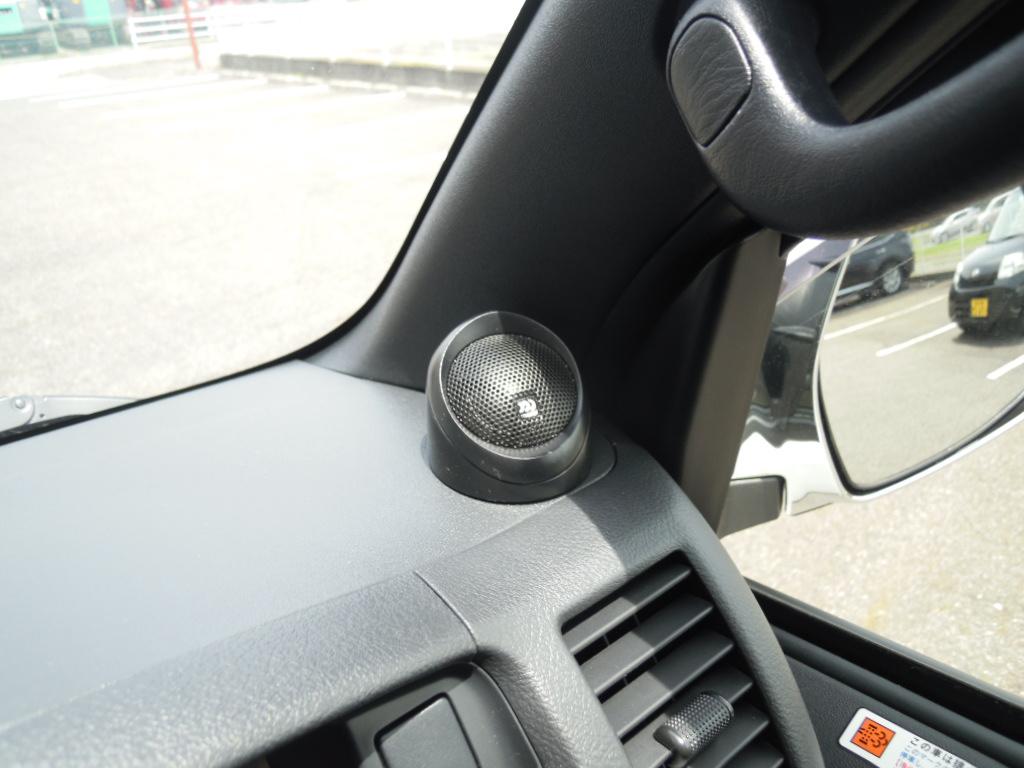 モレルMaximo Ultra602をチョイス頂き、ツィーターはダッシュ上へ付属台座を使い固定しました。