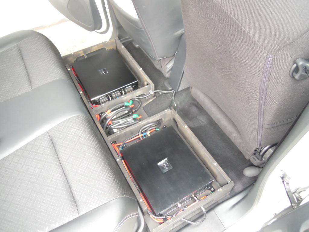 パワーアンプはシート後ろへ、普段は天板を載せた状態ですので乗車時も問題ありません。