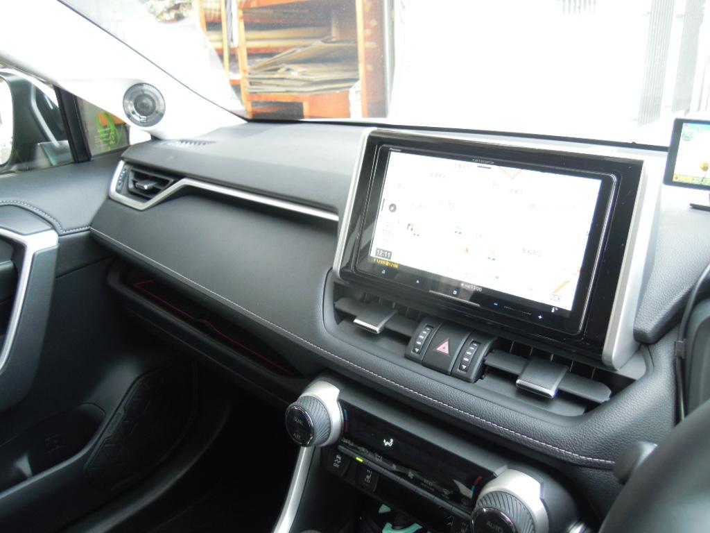 RAV4はオーディオレス仕様で9V型ナビが装着可能です。
