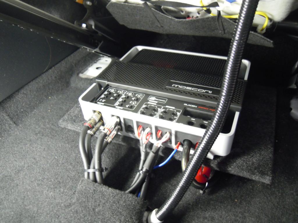 それらのスピーカーを駆動するパワーアンプはGLADEN PRO4/10。<br /> 最近主流のシート下へ設置いたしました。