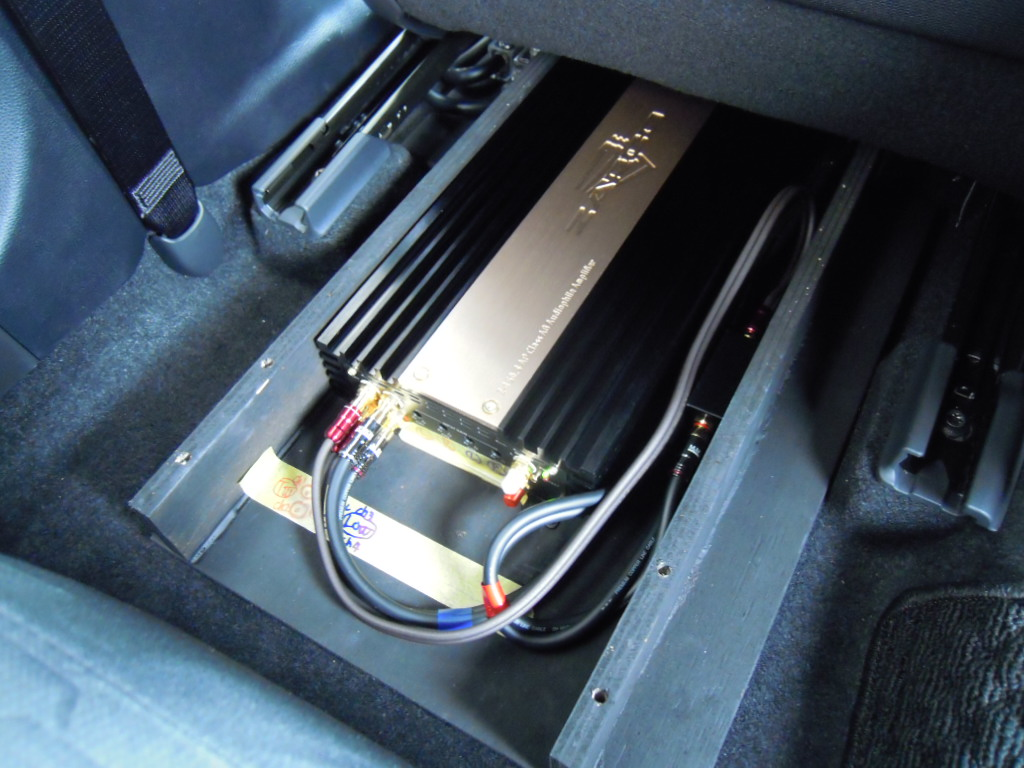 パワーアンプはシート下へ、ゆとりのパワーを誇るザプコの最上位モデルを設置。<br /> モケットカバー装着で後部座席の乗車も問題ありません。